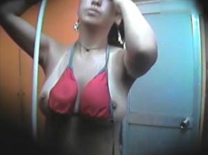 【無料エロ動画】海の家の水着着替え盗撮お見せします
